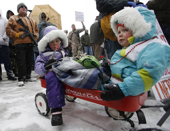 Chloe Ludlum, 4, left, and her sister Arianna Ludlum, 4, play with plastic toy guns at a pro gun activist rally as part of the National Day of Resistance at the state Capitol in Salt Lake CIty, Utah February 23, 2013.  REUTERS/Jim Urquhart  (UNITED STATES)