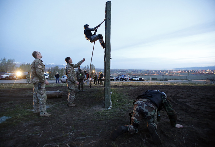 Candidates from law enforcement agencies across Utah take part in Salt Lake City Police Department's SWAT School training exercise on an obstacle course in Draper, Utah, April 21, 2013. REUTERS/Jim Urquhart  (UNITED STATES)