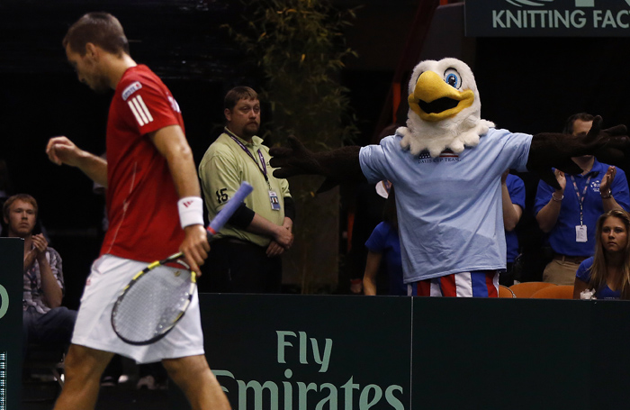 Ace the eagle taunts Serbia's Viktor Troicki while playing against United States' Sam Querrey during their Davis Cup quarter-final tennis match in Boise, Idaho, April 5, 2013. REUTERS/Jim Urquhart (UNITED STATES)
